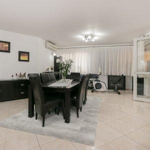 Apartament in Vila foarte Spatios la intrarea in Rosu